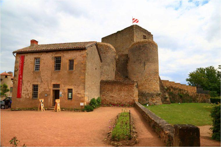Office de Tourisme et l'éntée du chateau